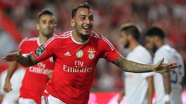 El campeón Benfica goleó al Estoril en 20 minutos y se pone líder en Portugal