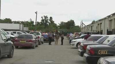 Autoridades allanan un área de Opa-Locka donde fueron encontrados varios vehículos robados