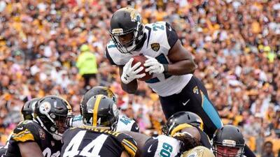 Leonard Fournette 'vuela' sobre los Steelers para hacer la anotación