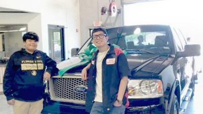 Joven hispano recibe de regalo la troca reparada de su padre muerto