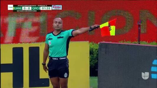 Fuera de juego de Leonardo Fernández: El juez de línea levanta el banderín y anula la jugada.
