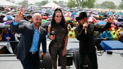 📸 Les llovió, pero no se dejaron agüitar: El Bueno, La Mala y El Feo en Fiestas de Mayo en Chicago
