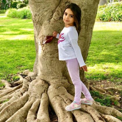 La más pequeña de los Derbez, Aitiana, cada día confirma su parecido al papá.