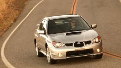 """<h3 class=""""cms-h3-H3"""">Especial: Subaru Impreza WRX 2004-2006</h3> <br>No te emociones que no estamos hablando de la versión STI. Pero no te decepciones porque este súper compacto ofrece tracción integral, un excelente motor turbo-alimentado de 4 cilindros con 227 caballos de fuerza y frenos y suspensión especiales. Su marcha firme no es para todo el mundo, pero quien aprecie y sepa que hacer con su maniobrabilidad ultra precisa va a encontrar muchas satisfacciones en este pequeña joya automotriz. <br> <br> <b>Ideal</b>: para  <b>quienes saben manejar de verdad </b>y disfrutan haciéndolo."""