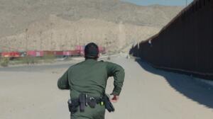 Migrantes trepan el muro fronterizo a plena luz del día y frente a agentes de la Patrulla Fronteriza