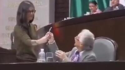 Momento insólito: diputada mexicana le regala un cigarro de marihuana a secretaria