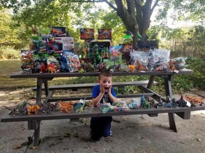 El 1 de octubre, Newswanger publicó en su cuenta de Facebook fotografías de su hijo en un automóvil lleno de regalos. Además, escribió que habían podido recolectar 1.263 plastilinas de Play-Doh, 1.249 dinosaurios y docenas de figuras de acción de superhéroes.