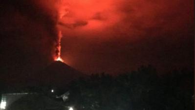 Ahora un volcán entra en acción en la isla arrasada por un terremoto y un tsunami que dejó 1,200 muertos