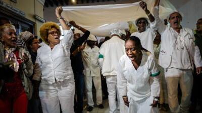 """""""La letra del año"""" llega al Granma: las predicciones de los babalawos se publican por primera vez en Cuba"""