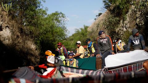 Entre fierros torcidos y láminas filosas: Así es el viaje en el tren 'La Bestia' de la caravana de centroamericanos