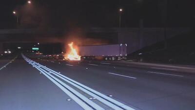 Un tráiler termina envuelto en llamas tras un aparatoso accidente de tránsito en Anaheim