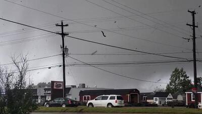 En video: Tornado arranca un techo en Virginia mientras los conductores pasan a su lado atónitos