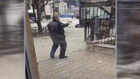 En video: Sospechosos intentan asaltar a un hombre sin saber que en realidad era un policía fuera de servicio