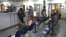Dos exempleadas del DMV fueron condenadas a prisión federal por modificar los resultados de exámenes