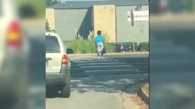 Un niño arriesga la vida al cruzar una calle sin que le cedan el paso: el video que captó una cámara de seguridad
