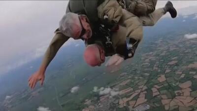 El emotivo momento en que un veterano de 97 años se lanza de un paracaídas conmemorando el desembarco de Normandía