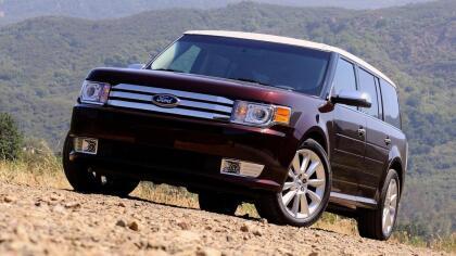 """<h3 class=""""cms-h3-H3"""">Crossover: Ford Flex 2009 -2012</h3> <br>Ford hizo una gran apuesta con la Flex, y la perdió. Esta crossover de tres filas de asientos nunca se vendió en los números que Ford planificó, pero si en los números suficiente para mantenerla viva durante los últimos 10 años. Esto es una lastima ya que es un producto de buena calidad y porque en mi opinión personal la Flex cuenta con un diseño muy intersante que hubiese funcionado mejor si no tuviese un nombre tan ridículo y soso y si Ford se hubiese molestado en promocionarla. La buena noticia es que constituye una opción excelente como un vehículo para 7 pasajeros sin ser un mamút inmenso del estilo de las SUV gigantes.  <br> <br> <b>Ideal</b>: para  <b>quien necesite transportar un gentío con comodidad y potencia</b> (con la versión de motor EcoBoost 3.5)"""