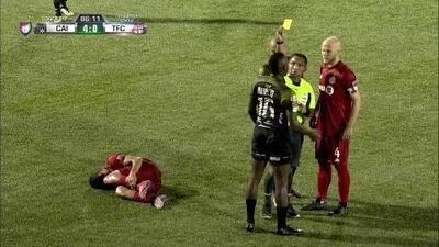 Tarjeta amarilla. El árbitro amonesta a Rubén Barrow de Independiente La Chorrera