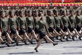 📷 Sin mostrar misiles balísticos, Corea del Norte celebra su aniversario con un desfile militar
