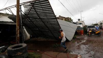 El paso de Willa deja casi 100,000 viviendas sin electricidad y alertan desbordamiento de ríos en el occidente de México