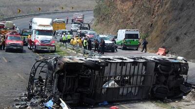 Mueren 21 personas tras choque entre un camión y un autobus en una autopista de Veracruz