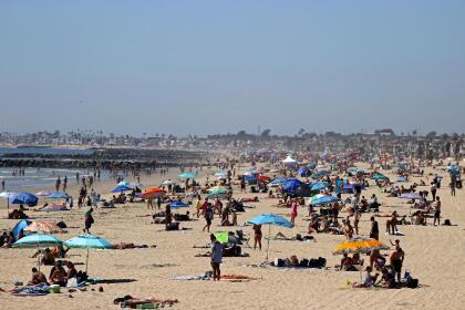 Las autoridades del condado de Orange recuerdan a sus visitantes que los estacionamientos de las playas están cerrados.