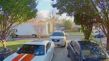 Dos hombres persiguen al sospechoso de manejar su camión robado en Dallas y logran detenerlo