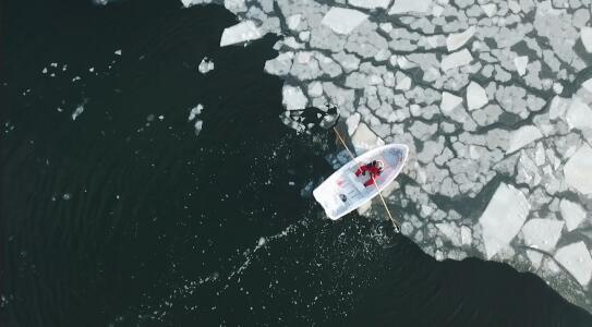 Se refugiaron del coronavirus en una zona tan remota que para salir tuvieron que mover icebergs con un pequeño bote