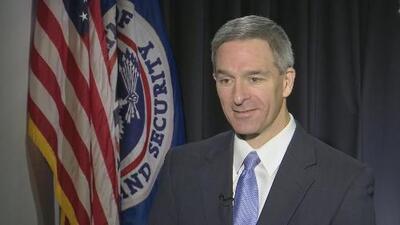 """Cuccinelli defiende la medida de """"carga pública"""" y asegura que las políticas migratorias del gobierno benefician a los estadounidenses"""