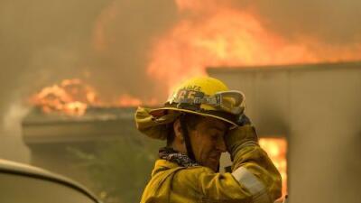 """""""Estamos enfrentando condiciones extremas que nunca habíamos visto"""": bomberos que luchan contra las llamas en California"""