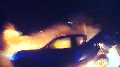 El dramático rescate de una mujer atrapada en un auto en llamas en Texas