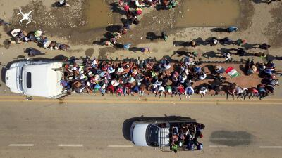 Impactantes imágenes aéreas de la caravana de migrantes que va rumbo a la frontera sur de EEUU