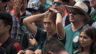 La frustración y tristeza de la hinchada mexicana ante la derrota del Tri en los octavos de final del Mundial