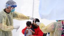 """Organizaciones latinas piden a Newsom corregir la distribución """"desigual"""" de vacunas contra el coronavirus"""