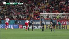 ¡CERCA! Rodrigo Aguirre disparó que se estrella en el poste.