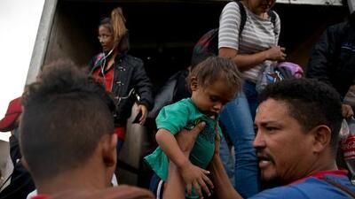 Grupo de 29 padres que fueron separados de sus hijos en la frontera y deportados, regresan a EEUU