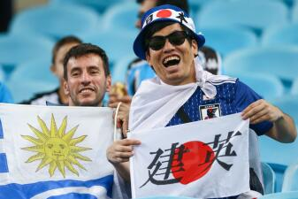 Uruguayos y japoneses le saben poner mucho color y sabor a los partidos