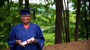 Abuela de 78 años logra su sueño de graduarse de la universidad