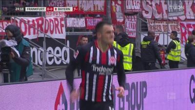 ¡Tiene la fortuna de su lado! Kostić se encuentra con el balón solo para empujarlo