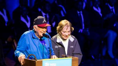 Jimmy Carter asiste a evento benéfico con un ojo morado y puntos de sutura en el rostro