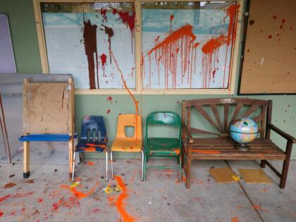"""Las autoridades escolares encontraron las paredes manchadas de pintura, libros tirados por los suelos y computadoras rotas. El vocero del Distrito Escolar Unificado de Oakland, John Sasaki, calificó el acto como """"un terrible caso de vandalismo"""". <br>"""