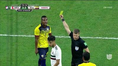 Tarjeta amarilla. El árbitro amonesta a Pedro Velasco de Ecuador