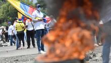 Terror, angustia y rechazo en Colombia luego de que un comando de policía fuera incendiado con varios uniformados adentro