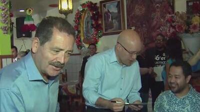 Líderes políticos de Illinois trabajan como meseros para apoyar a quienes ganan menos del salario mínimo