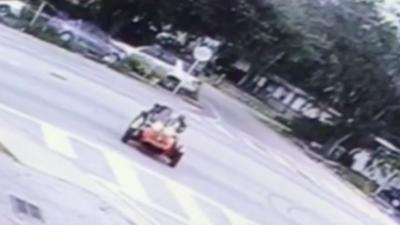 Una niña de 3 años arranca la motocicleta de su padre y ambos resultan lesionados