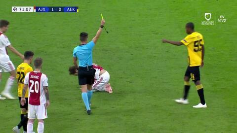 Tarjeta amarilla. El árbitro amonesta a Alef de AEK Athens