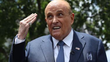 """Un cuarto de hotel y una mano en los pantalones:  Rudy Giuliani queda """"comprometido"""" en la nueva película de 'Borat'"""