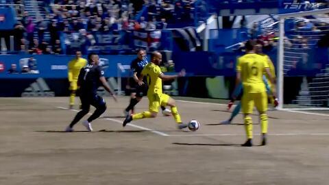 Federico Higuaín burla a tres defensas, dispara, pero Evan Bush le niega el gol