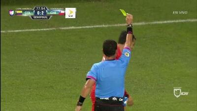 Tarjeta amarilla. El árbitro amonesta a Edson Raúl Puch Cortés de Chile
