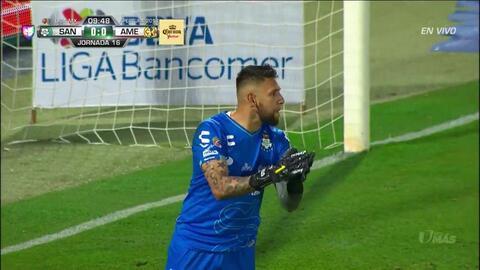 José Abella despeja el balón y aleja el peligro